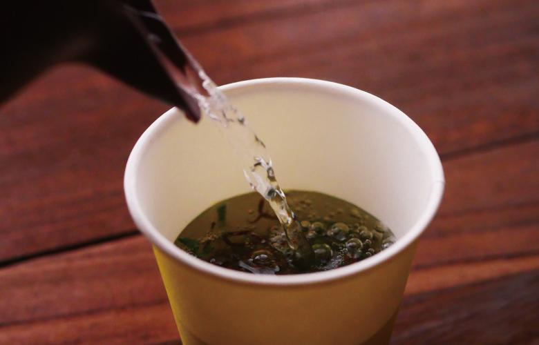 セブンプレミアム もずくスープにお湯を注ぐ