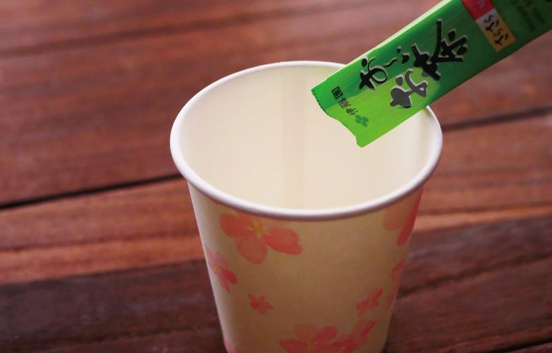 お茶と紙コップ