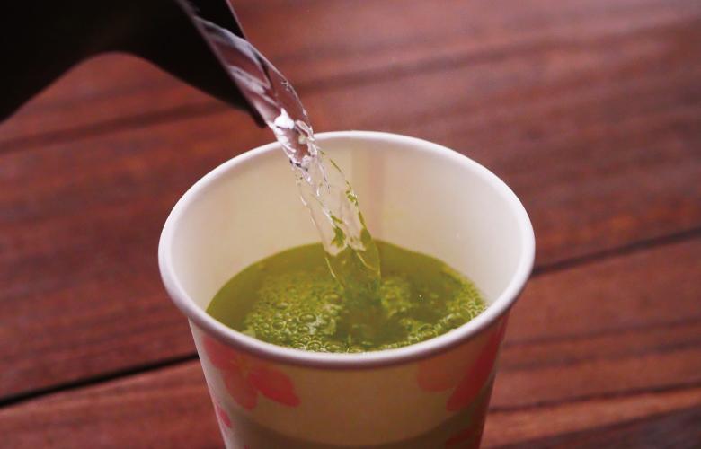お茶にお湯をそそぐ